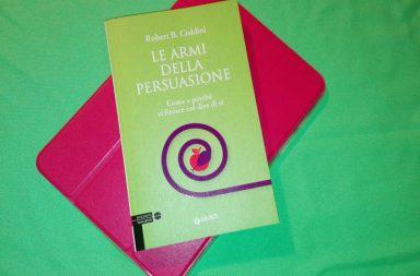 Le armi della persuasione: come e perché si finisce col dire sì